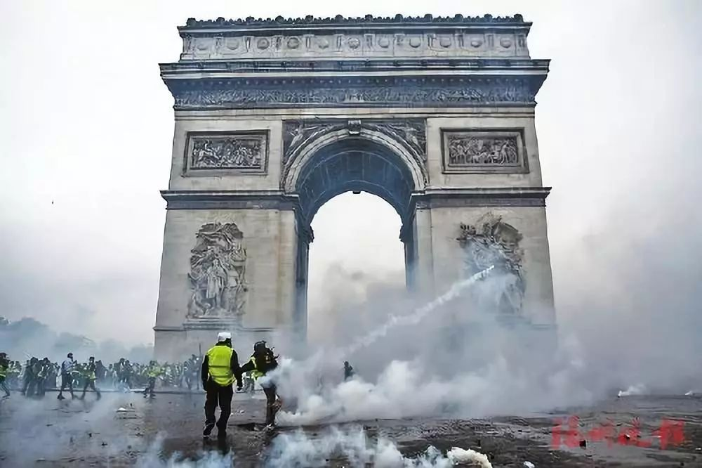 ▲爲抗議法國政府出臺上調汽油及柴油稅的政策,11月24日,法國超10萬人走上街頭。圖/視覺中國