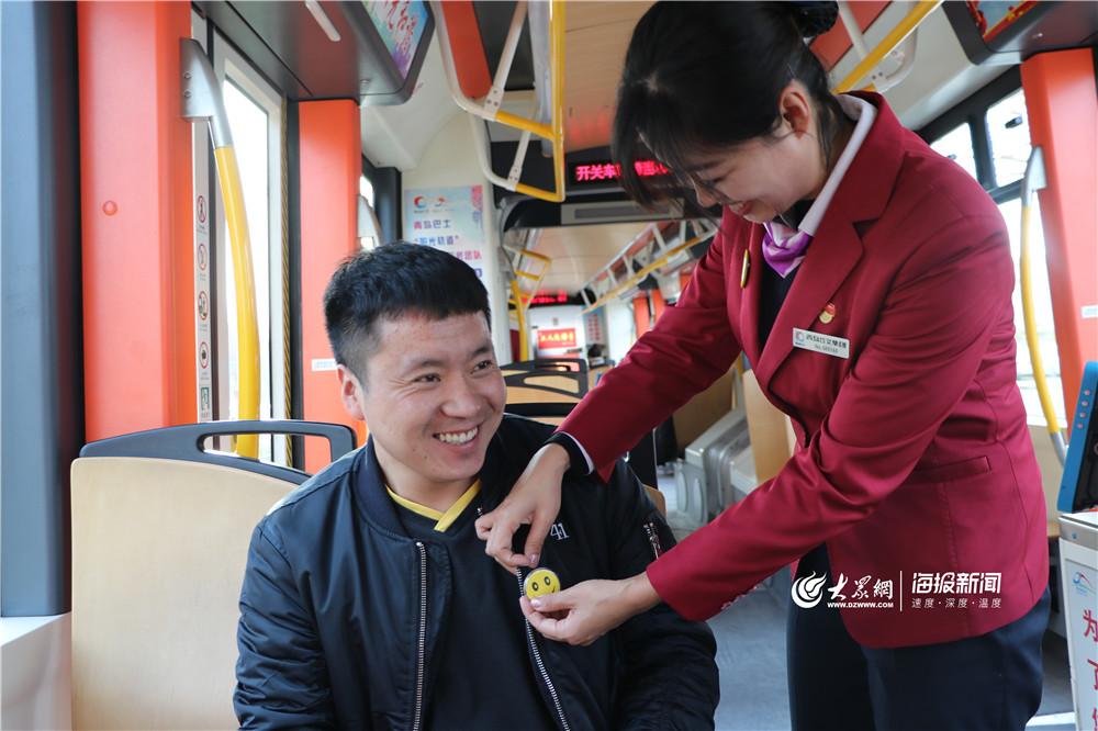 """世界问候日 青岛轨道巴士志愿者送""""笑脸娃娃""""帮您减压"""