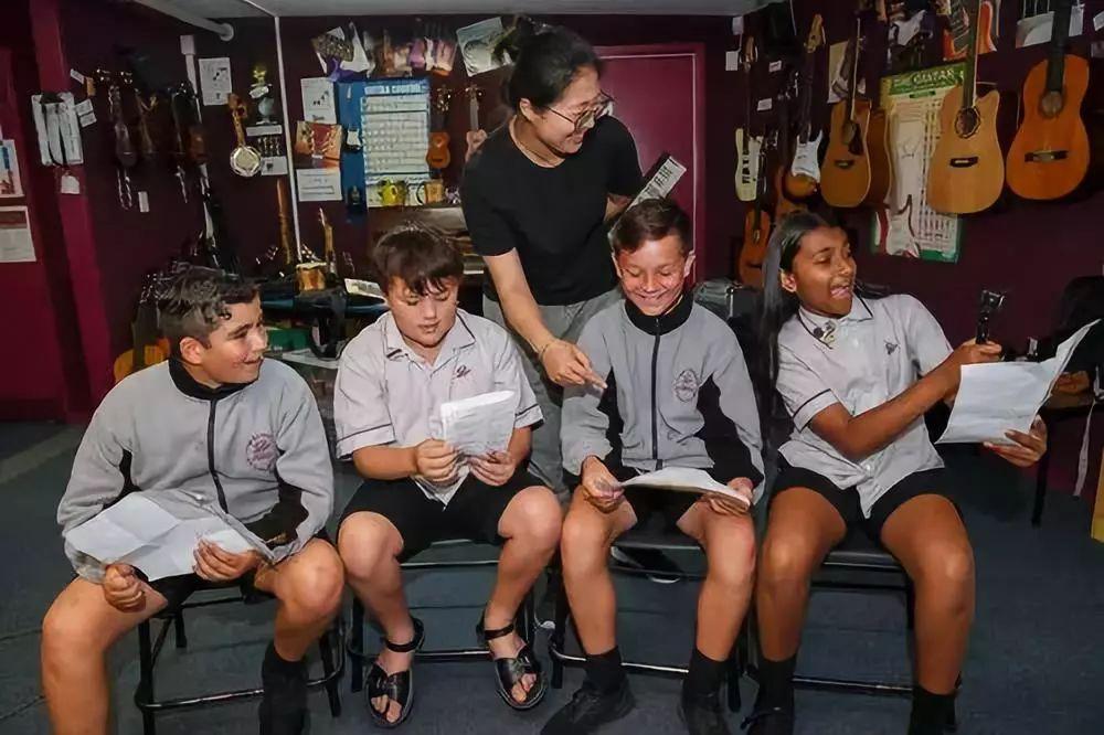 """在新西兰罗托鲁阿初级中学,乔巾哲(中)指导学生练习中文歌曲""""Kia Ora,都来吧""""。新华社记者郭磊摄"""