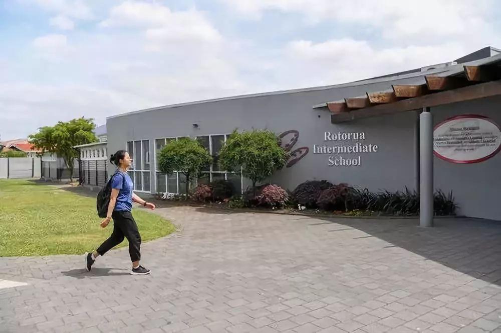 11月28日,汉语助教乔巾哲来到新西兰罗托鲁阿初级中学开始工作。新华社记者郭磊摄