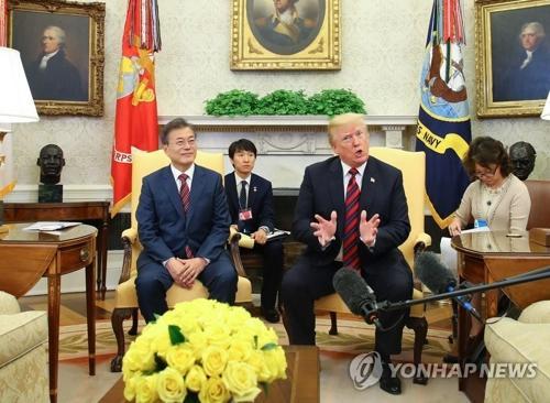 当地时间5月22日,在美国白宫,韩国总统文在寅(左)同美国总统特朗普举行会谈。(图片来源:韩联社)