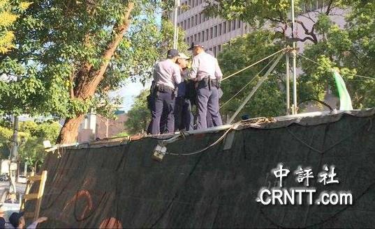 """警方强拆""""独派""""帐篷。(图片来源:中评社)"""