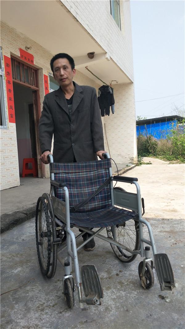 代志勇必须借助轮椅才能出行