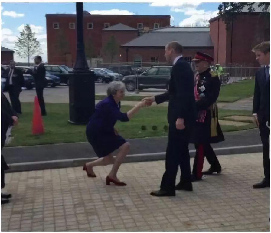 梅姨的一张卑躬屈膝照 让英美人民撕破脸了(图)