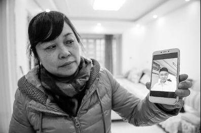 """▲昔日保姆何某展示朱晓娟儿子""""刘金心""""照片。图源:重庆晚报。"""