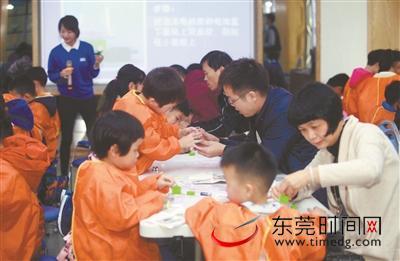 """妈咪HOME""""造物节""""首场活动举行 DIY静电飘雪装置 孩子们带走欢笑和知识"""