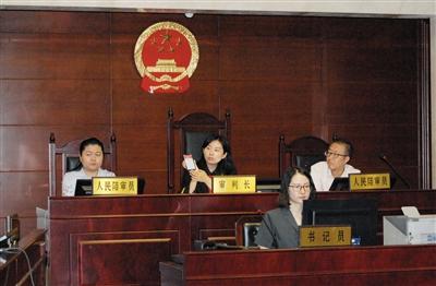 昨日上午,朝阳法院法官当庭展示使用亲密付的过程。法院供图