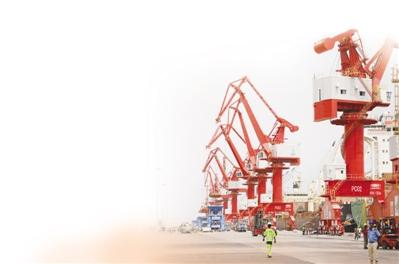 由中資企業投資興建的吉布提多哈雷多功能港口的繁忙景象。 呂強 攝