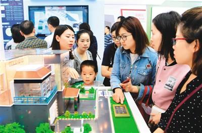 """4月24日,在数字中国建设成果展览会现场,市民了解""""数字化智慧家庭""""。当日,以""""以信息化驱动现代化,加快建设数字中国""""为主题的首届数字中国建设峰会在福建省福州市闭幕。  新华社记者 魏培全摄"""
