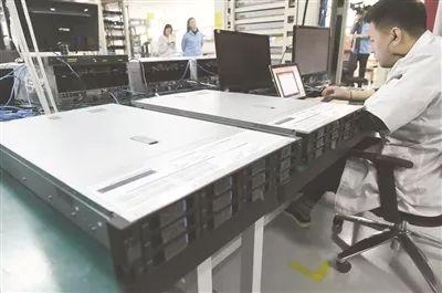 ↑研发人员正在调试服务器