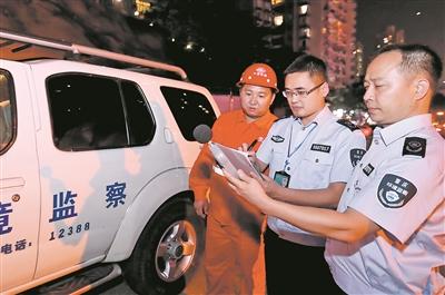 6月5日晚,重庆市沙坪坝区环境保护局开展夜间突查,使用噪声检测仪对一工地进行噪声污染检测,营造良好高考环境。