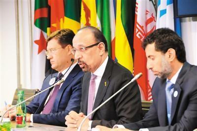 12月7日,在奥地利维也纳的石油输出国组织(欧佩克)总部,俄罗斯能源部长诺瓦克(左)、沙特阿拉伯能源、工业和矿产大臣法利赫(中)与阿拉伯联合酋长国能源部长马兹鲁伊出席新闻发布会。 新华社记者 刘 向摄