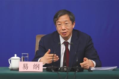 """2018年3月9日,易纲就""""金融改革与发展""""相关问题回答记者提问。新京报记者 侯少卿 摄"""