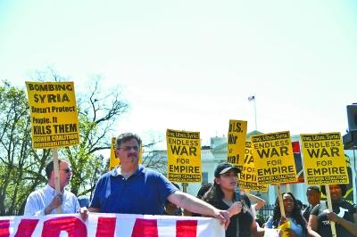 手持标语 抗议军事打击