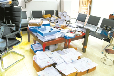 太平乡财政所随意摆放的记账凭证。
