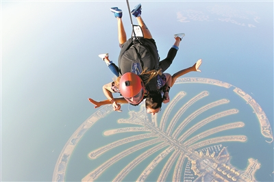 潘靖仪在迪拜体验空中跳伞。