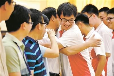 6月6日下午,中国地质大学附属中学教师列队拥抱即将走向考场的学生。