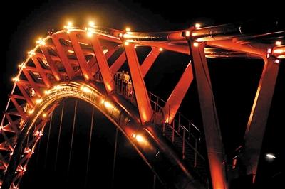 6月4日晚,7名大学生被困在30余米高的涪江四桥桥顶的主拱圈里。 上游新闻记者 胡杰 摄