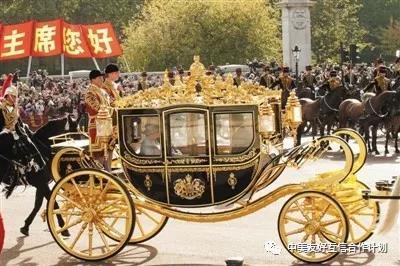 习近平主席2015年访问英国时和英女王共乘的黄金马车