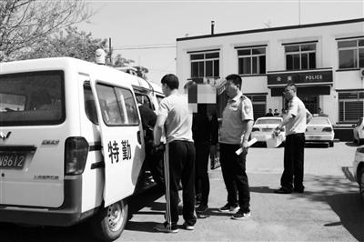 """葫芦岛南票警方乔装挖野菜,""""挖""""出一个""""赌博团伙"""" 。警方供图"""