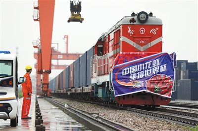 5月31日,装载10万只小龙虾的列车从湖北武汉出发,预计17天后抵达莫斯科。
