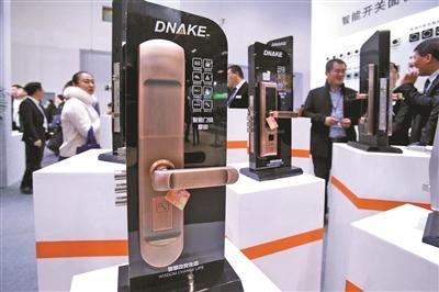 ▲业内人士表示,智能门锁的安全性还是强于传统门锁
