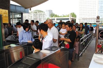 5月27日,郑州市动物园试行7周岁以下儿童免票入园新政策,试行期为一个月。图/视觉中国