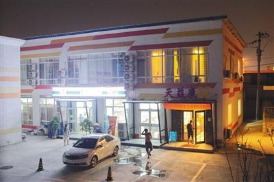 2018年7月29日晚9点,北京市朝阳区马房寺398号院内,一名男子进入含有色情服务的天益康足疗店。该店在58同城有线上推广和企业认证。新京报记者 江南 摄