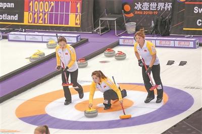 参加首届冰壶世界杯的中国队选手。 新华报业视觉中心记者 万程鹏摄