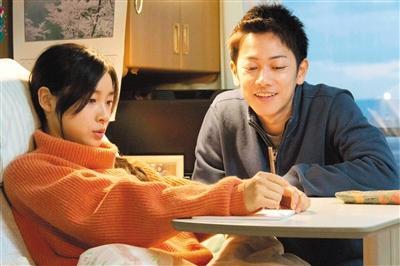 佐藤健与土屋太凤都成功地在片中褪去明星的光环,专门挨近清淡情侣。