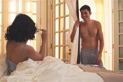 《摘金奇缘》做出了推翻性的突破,益莱坞大银幕上终于展现了蜜意的亚裔男主。