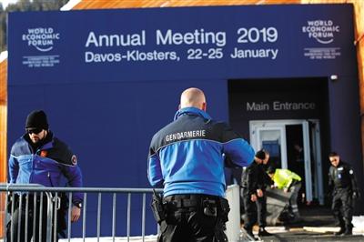 当地时间1月20日,瑞士警方在论坛会场外进行安保布置。