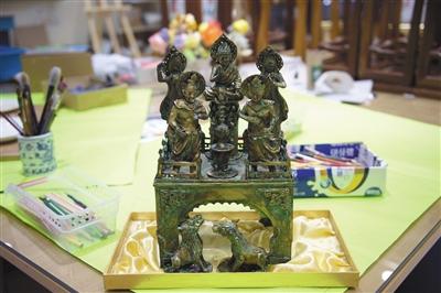北京市海淀寄讀學校的學生製作的非遺手工作品。新京報記者 吳江 攝