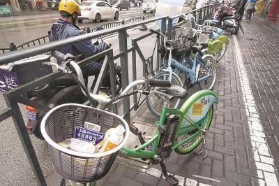 申城街头享骑单车数?#21487;?#36824;难骑,车身贴满小广告。/晨报记者 朱影影