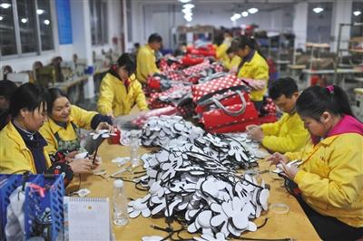 26日,东莞市厚街金胜师傅加工厂,58岁的冯厂里已经在鞋材v师傅了8年.防水转接盒图片