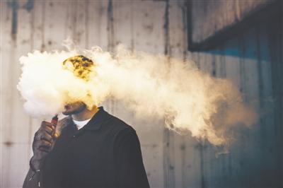 關於傳統香菸和電子煙,有這樣一個比喻——出門在外,你願意被汽車撞還是被摩托車撞?顯然,我們都不願意,儘早戒菸才是最科學的選擇。視覺中國