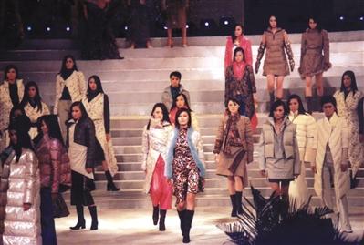 皮尔·卡丹等国际知名品牌服装参展江苏省服装节交易会。图/视觉中国