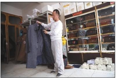 4月1日,高阳(化名)拿出一件最近流行的用于殡葬的风衣套装。