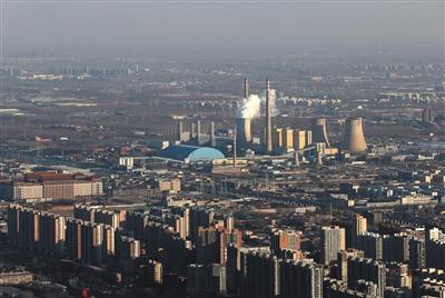2016年12月,从国贸高楼俯瞰,供暖期的华能北京热电厂正在运转。资料图片/新京报记者 薛珺 摄