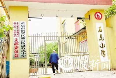 吴定富经常回到工作过的学校看看。