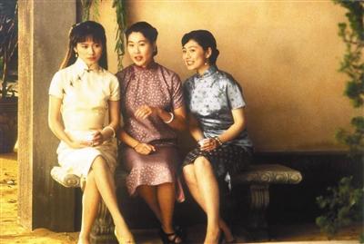 1993年上映的《喜福会》经历讲述三代女性的侨民故事,外现中西方文化冲突、代际冲突和女性认识醒悟。