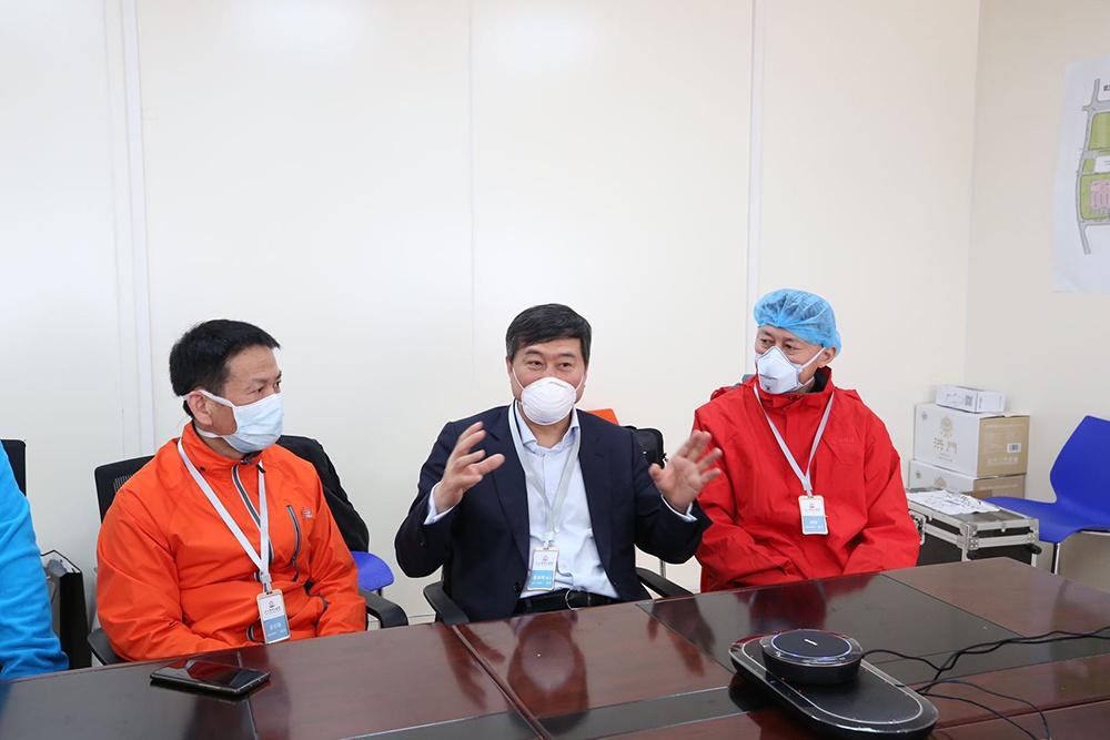 战疫者|董家鸿院士在雷神山医院进行重症患者5G远程会诊图片
