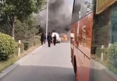 驾校教练车自燃 大客司机帮灭火