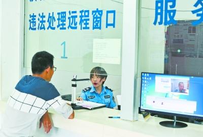 9月17日,汉阳区交通大队违法处理窗口,民警通过网络视频核对电动车