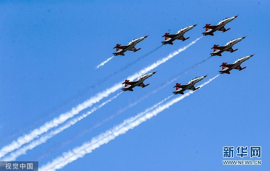 土耳其特技飞行表演队在航天科技节上表演