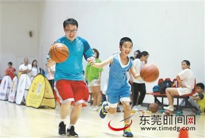 跟九冠王玩篮球亲子嘉年华 妈咪HOME粉丝开心互动