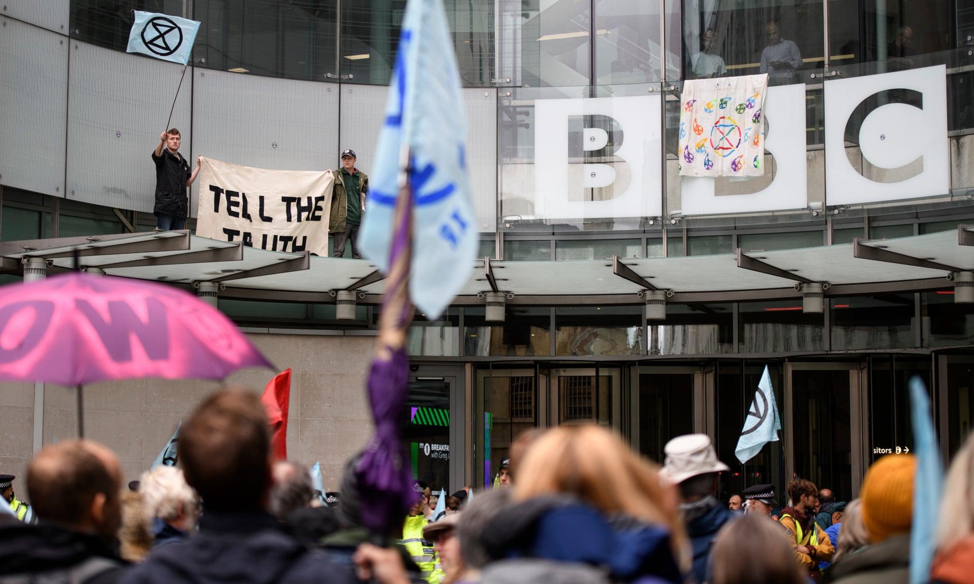 """英国环保抗议者又围堵BBC 播放"""""""