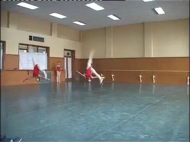 北京舞蹈学院附中结业教学展示分为:柔韧软开度训练,胸腰大腰训