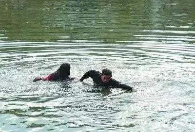 """男子跳水救人拒酬谢""""后悔"""" 希望被救女子做这事"""