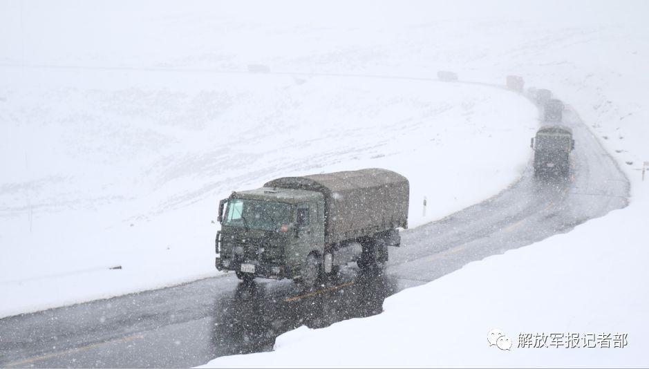 四月芳菲将绝而川藏线上的汽车兵仍邪在踏炭雪、闯地路